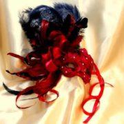 Colombina tessuto rosso e piume rosse