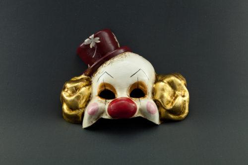 pagliaccio con foglia d'oro e cappello rosso