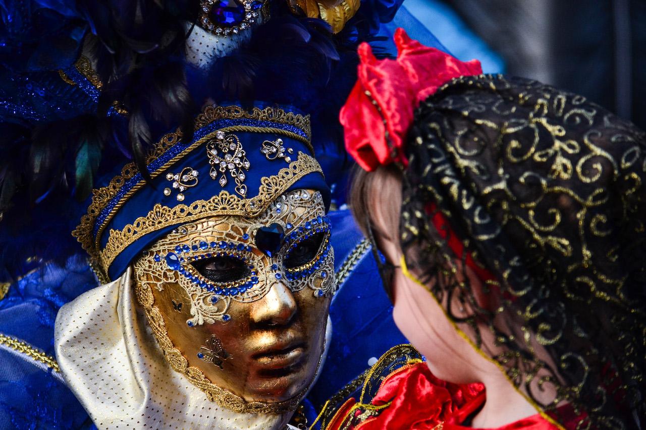 maschera che parla con bimba