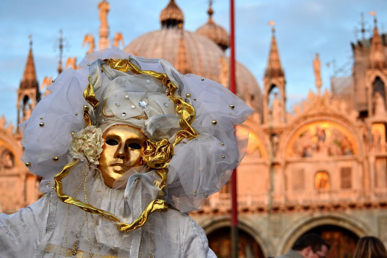 maschera su sfondo basilica S.Marco